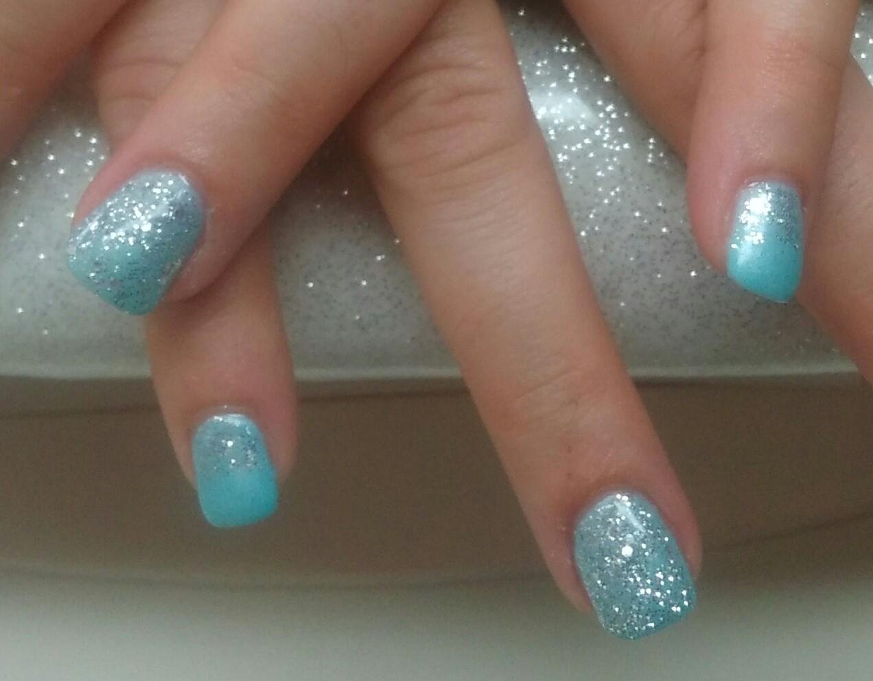 ongle bleu argenté